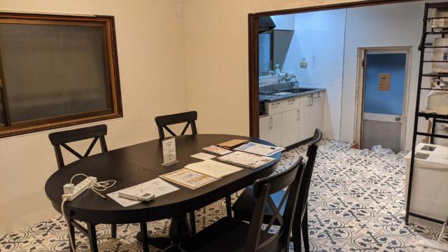 岡山奉還町B邸のテーブルとキッチン