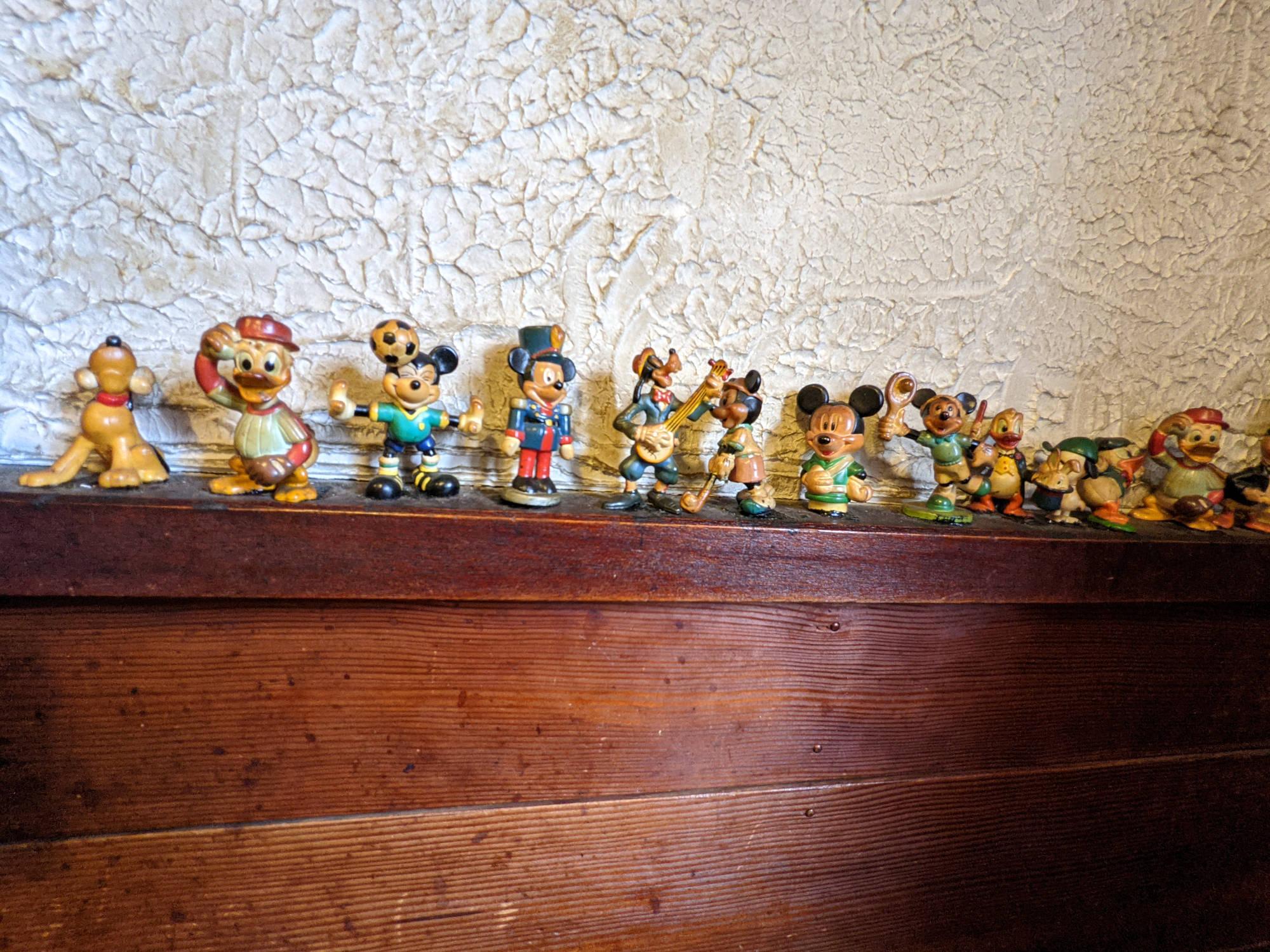 「M2」壁に飾られた人形