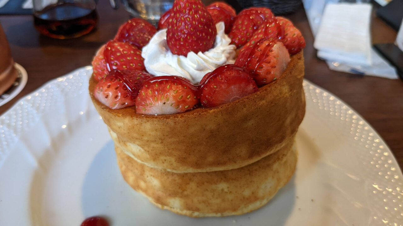 春限定「苺たっぷりスフレパンケーキ」