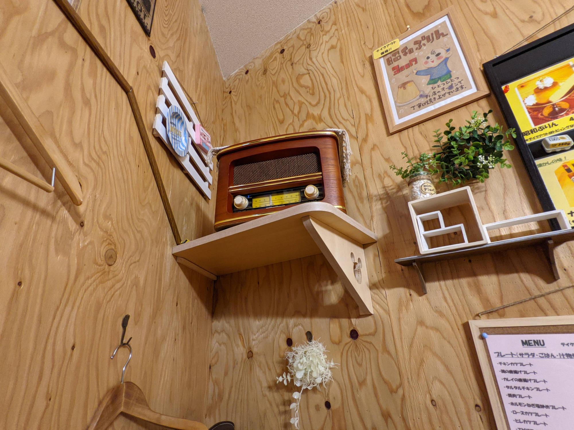 壁に置かれたラジオ