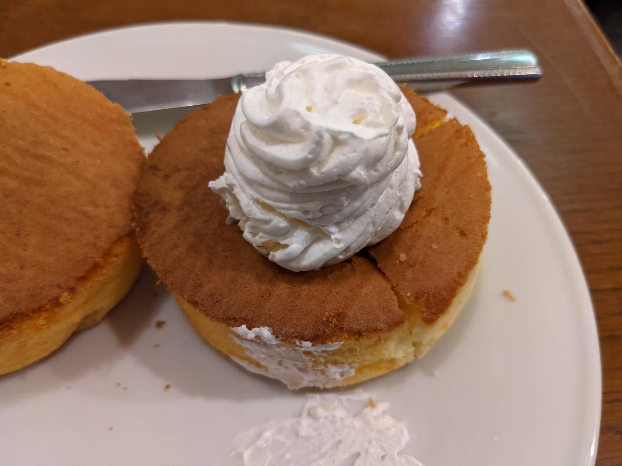 生クリームを乗せたスフレパンケーキ